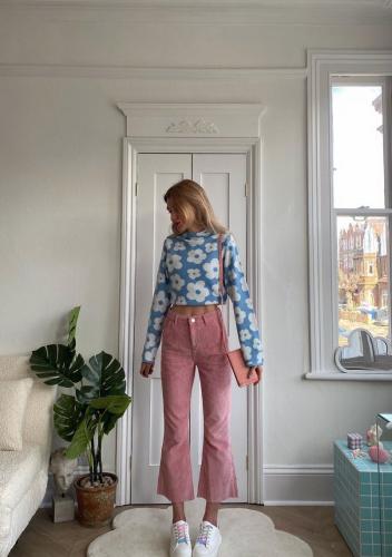 Combina los vaqueros rosas de moda como las influencers